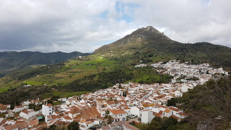 Sierra del Hacho y pueblo de Gaucín.